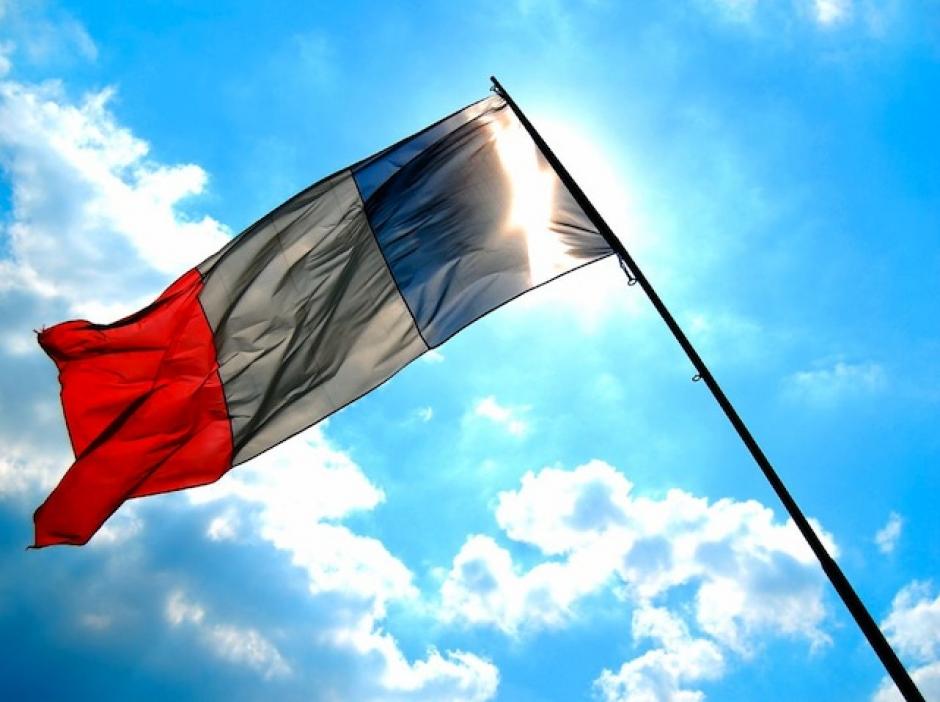 Флаг франции развивается на ветру